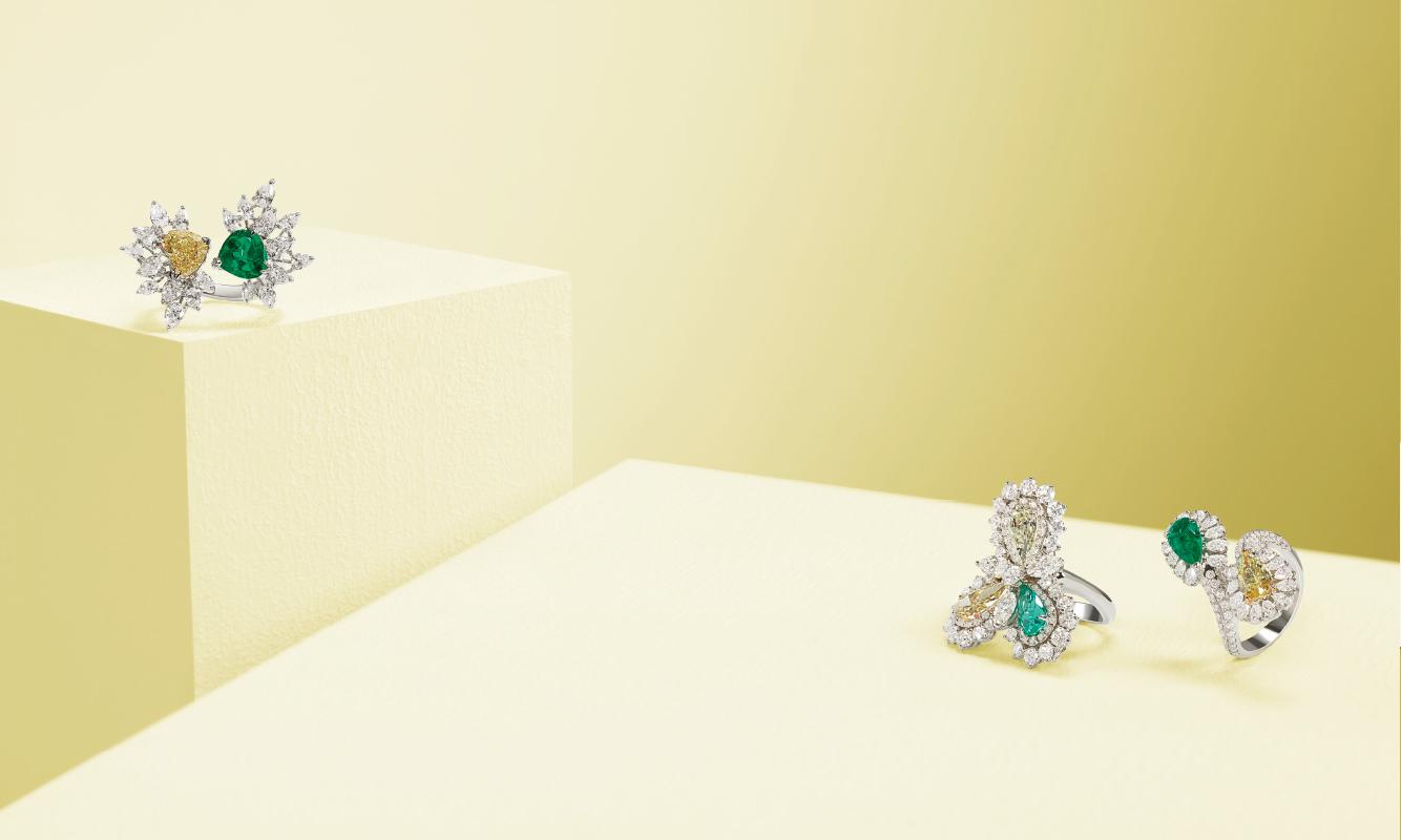 Anelli oro bianco con brillanti, diamante fancy e smeraldo. Anelli oro bianco e brillanti con diamanti e smeraldi. | Crivelli Official
