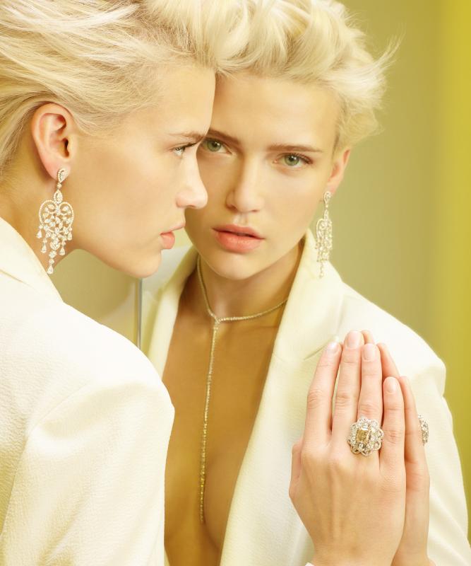 Orecchini e collana oro bianco con brillanti. Anello oro bianco con brillanti e diamante fancy. | Crivelli Official