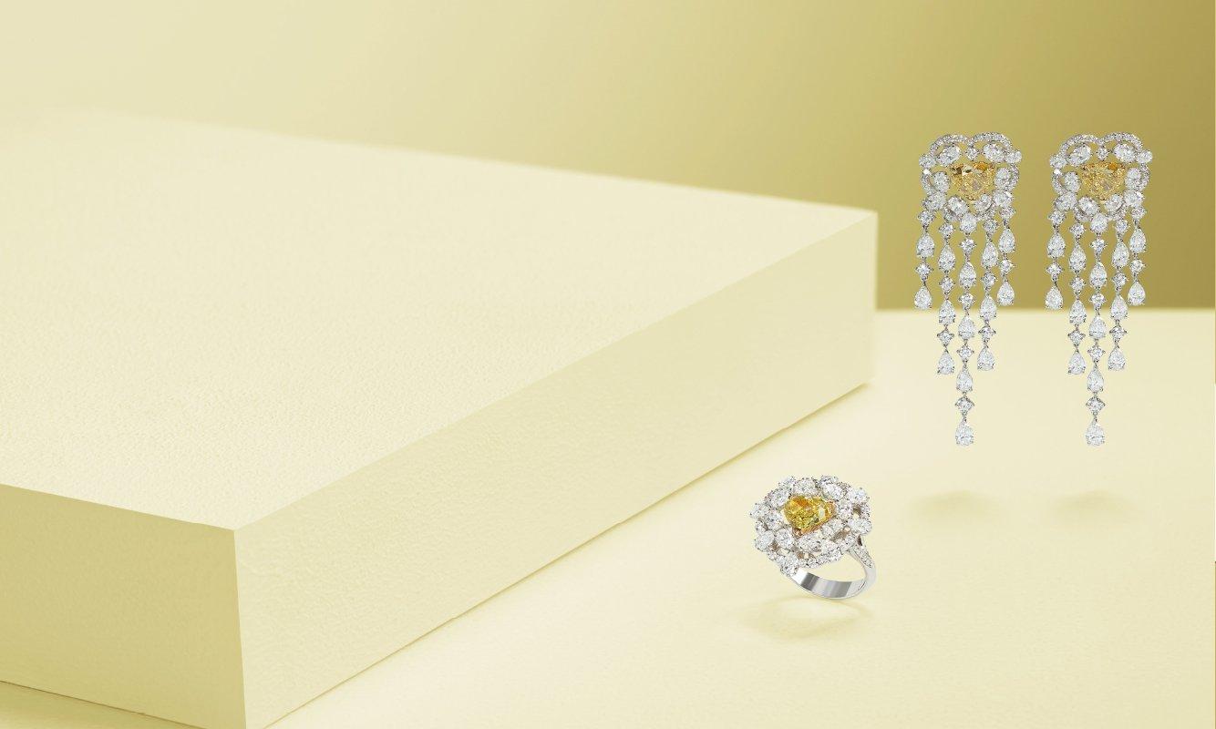 Anello oro bianco con brillanti e diamante fancy. Orecchini oro bianco con brillanti e due diamanti fancy. | Crivelli Official