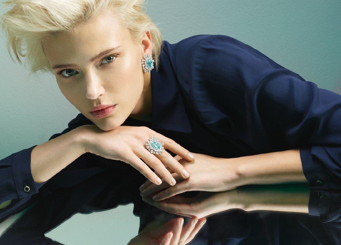 Anello e orecchini oro bianco con diamanti e paraibe. | Crivelli Official