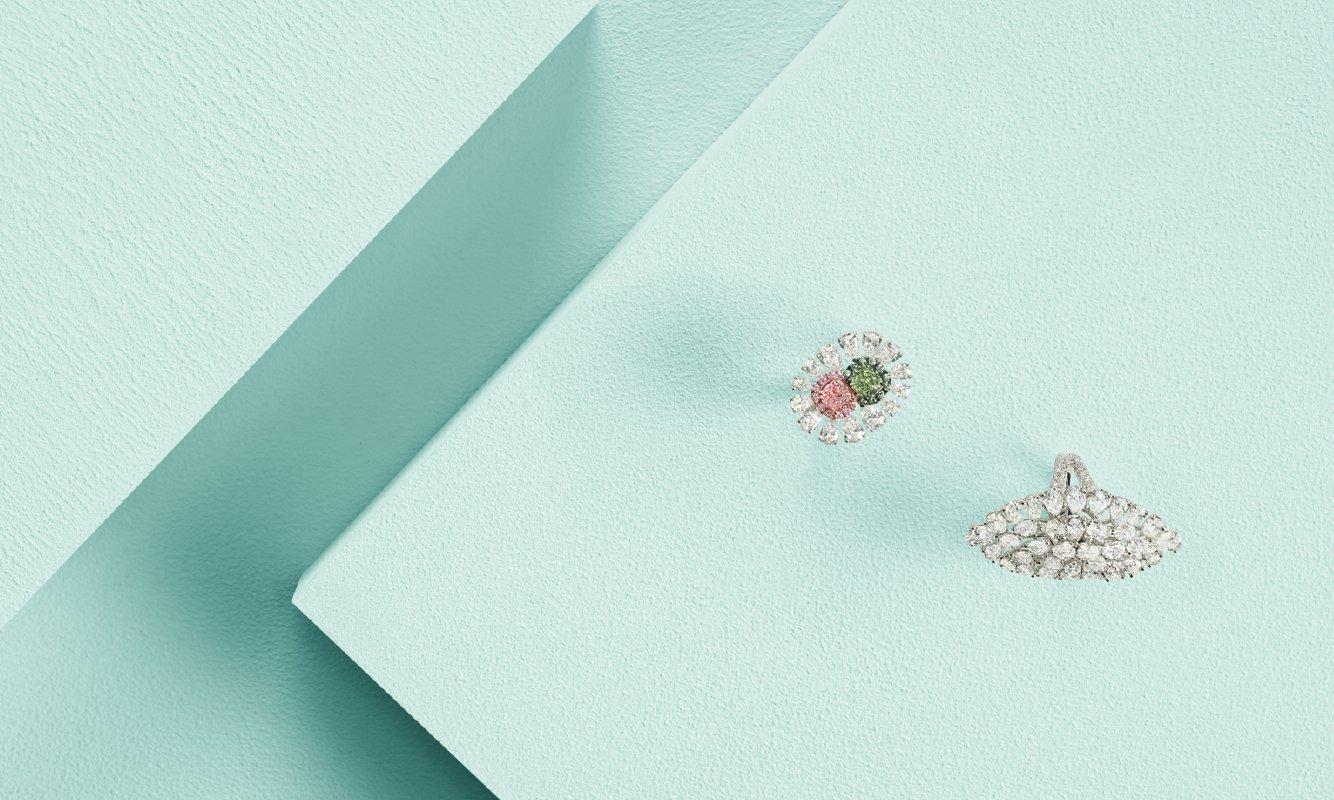 Anello oro bianco e diamanti bianchi, rosa e verde. Anello oro bianco e diamanti. | Crivelli Official