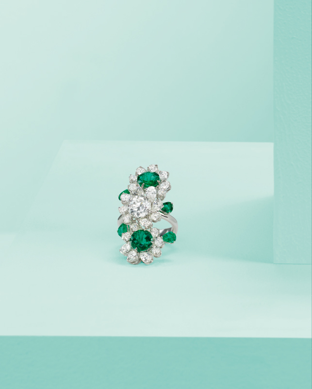 Ring made of white gold, with diamonds and emeralds. | Crivelli Official